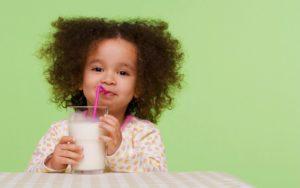 Полезные свойства молока для детей: противопоказания, польза и вред