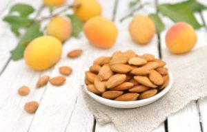 Косточки абрикоса: полезные свойства, противопоказания, польза и вред
