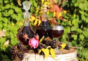 Лечебный ликёр из черноплодки с вишнёвыми листьями