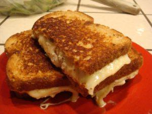 Сэндвич с арахисовой пастой и сыром чеддер
