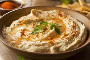 Хумус с оливкамии душистым перцем